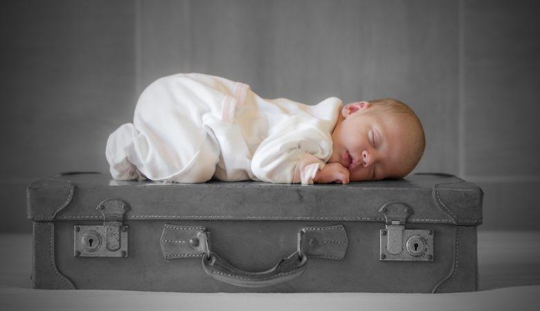 Jak bezpiecznie podróżować z niemowlakiem