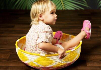 dziecko w butach dla dzieci typu barefoot